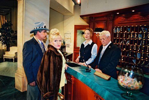 Park Hotel Stern - Mrs. Farelly (Angelika Milster, 2.v.l.) und ihr Gatte (Jos...