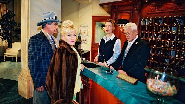 Mrs. Farelly (Angelika Milster, 2.v.l.) und ihr Gatte (Josef Mansky, l.) chec...