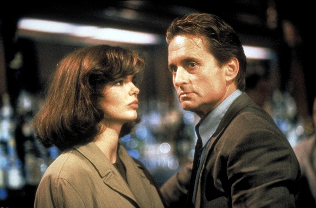 Im Zuge der Ermittlungen kommt Detective Nick Curran (Michael Douglas, r.) einer merkwürdigen Verbindung zwischen der Polizeipsychiaterin Dr. Beth G... - Bildquelle: 1992 Carolco Pictures Inc. and Le Studio Canal+ S.A. All Rights Reserved.