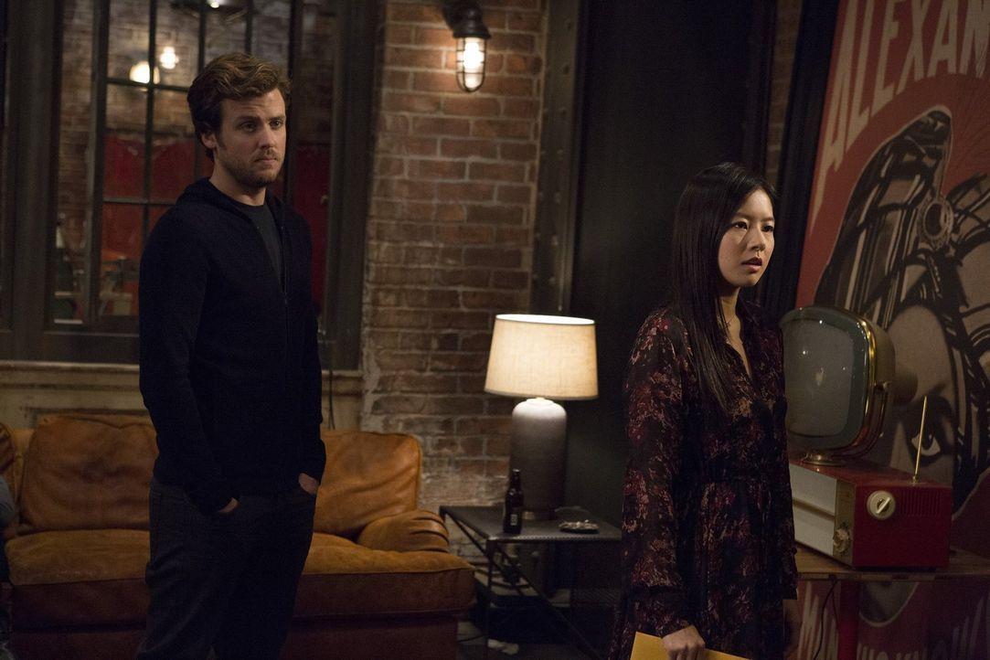 Da ihr Leben in Gefahr ist, taucht die Zeugin im Mordfall, Vivian Song (Christine Ko, r.), in Cameron Blacks (Jack Cutmore-Scott, l.) Quartier unter... - Bildquelle: Warner Bros.