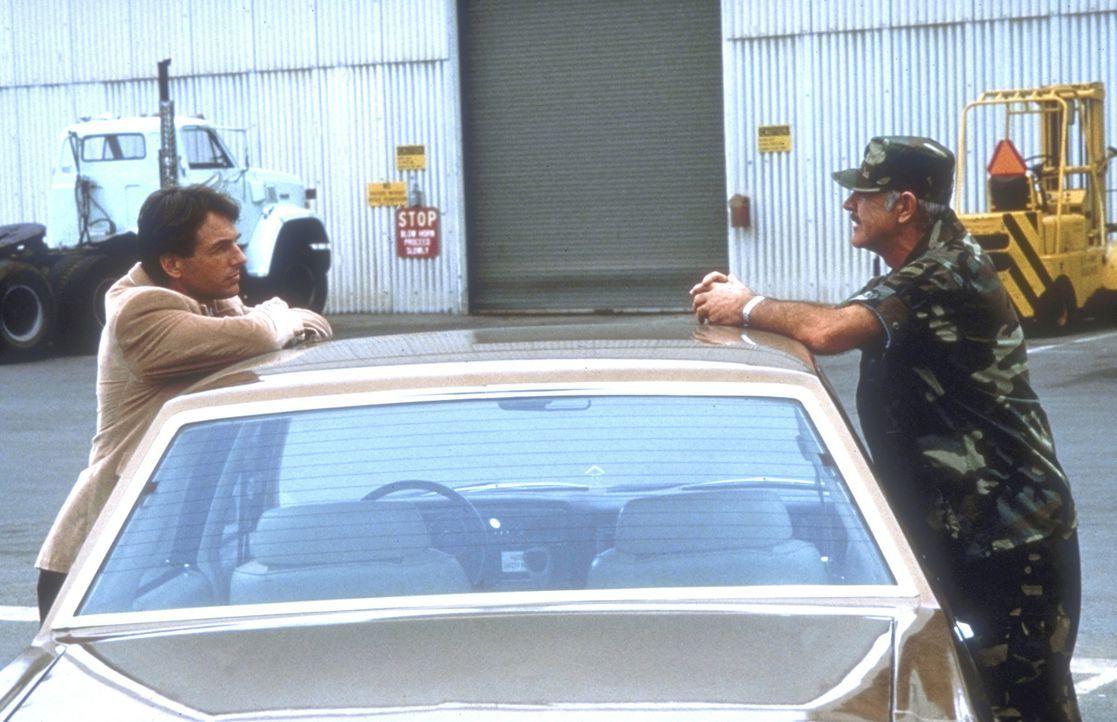 Weil sich die Zuständigkeiten nicht klären lassen, müssen Polizist Jay Austin (Mark Harmon, l.) und der Militärpolizist Leutnant Colonel Alan Ca... - Bildquelle: Paramount Pictures