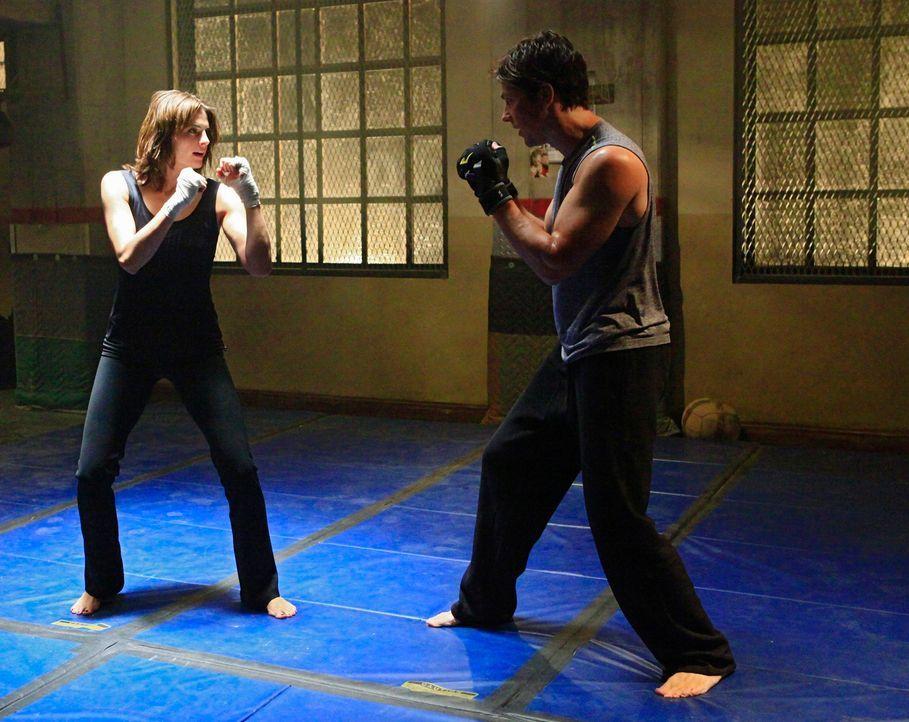 Kate Beckett (Stana Katic, l.) fordert Det. Tom Demming (Michael Trucco, r.) zu einem Kampf heraus. Er ahnt nicht, dass sie ihn nur ablenken möchte... - Bildquelle: ABC Studios