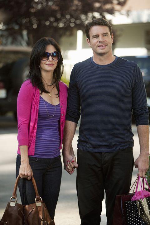 Zwischen ihnen laufen die Dinge hervorragend: Jeff (Scott Foley, r.) und Jules (Courteney Cox, l.) ... - Bildquelle: 2009 ABC INC.