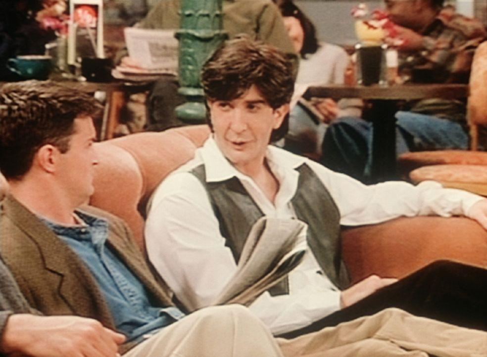Chandler (Matthew Perry, l.) spricht mit dem Nachfolger von Ross. Russ (Snaro, r.) ist nun mit Rachel zusammen. - Bildquelle: TM+  2000 WARNER BROS.