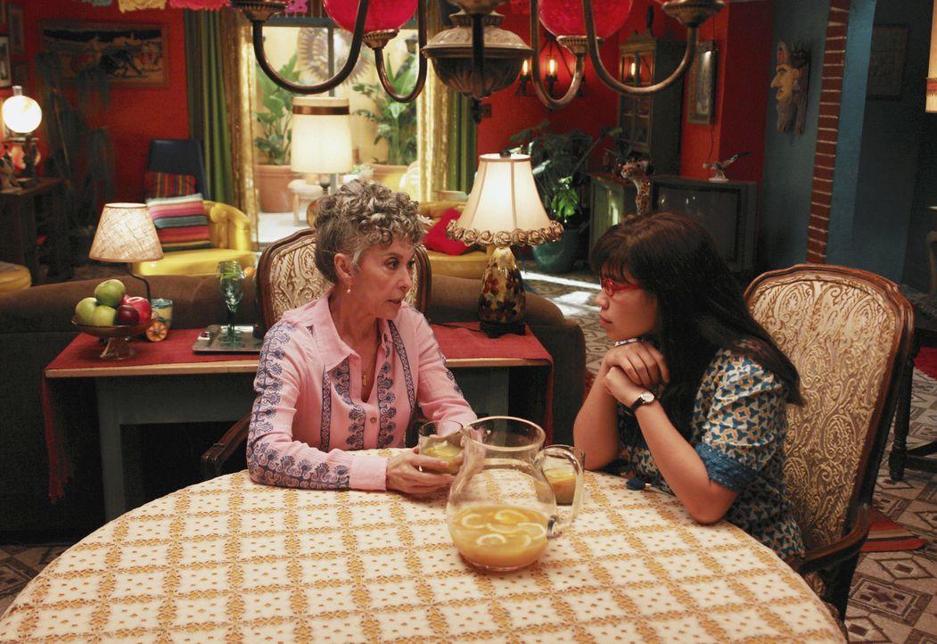 Betty (America Ferrera, r.) löchert Tante Mirta (Rita Moreno, l.) und Kusine Clara mit Fragen zu ihrer verstorbenen Mutter ... - Bildquelle: Buena Vista International Television