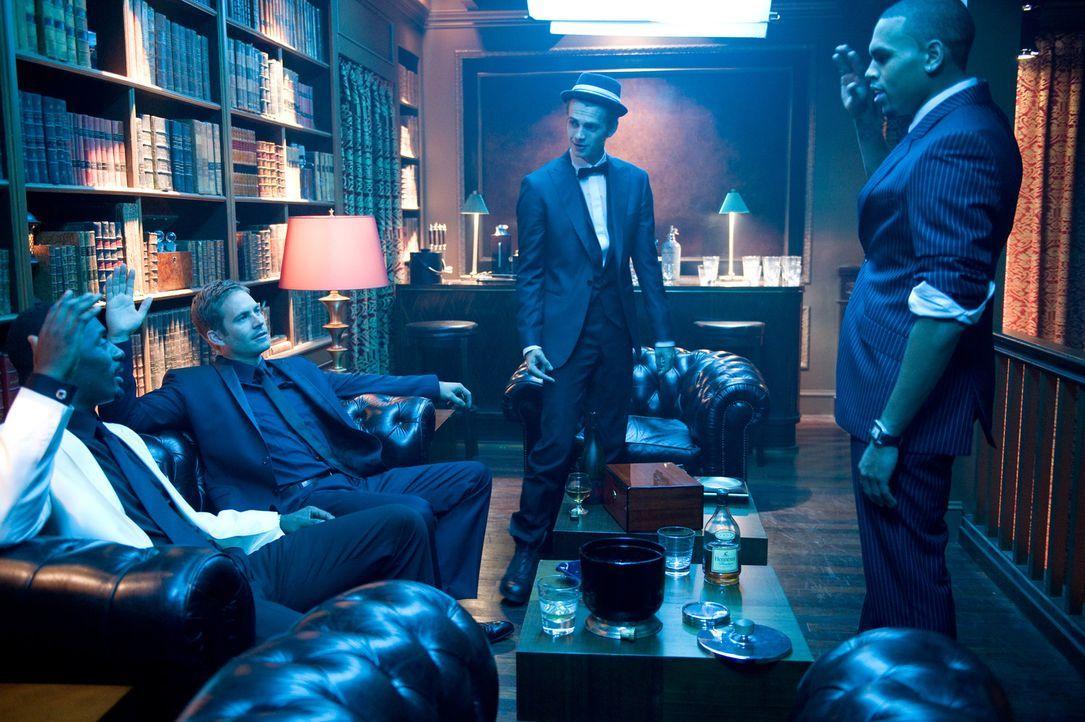 Gordon Cozier (Idris Elba, l.) John Rahway (Paul Walker, 2.v.l.), A.J. (Hayden Christensen, 2.v.r.) und Jesse Attica (Chris Brown, r.) planen den n - Bildquelle: 2010 Screen Gems, Inc. All Rights Reserved.