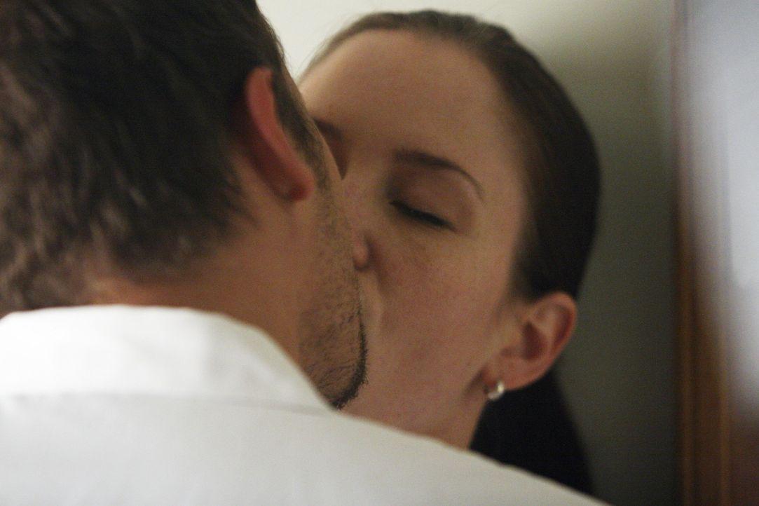 Während in der Einfahrt der Notaufnahme ein Unglück geschieht, kommen sich Alex (Justin Chambers, l.) und Lexie (Chyler Leigh, r.) ziemlich nahe ... - Bildquelle: Touchstone Television