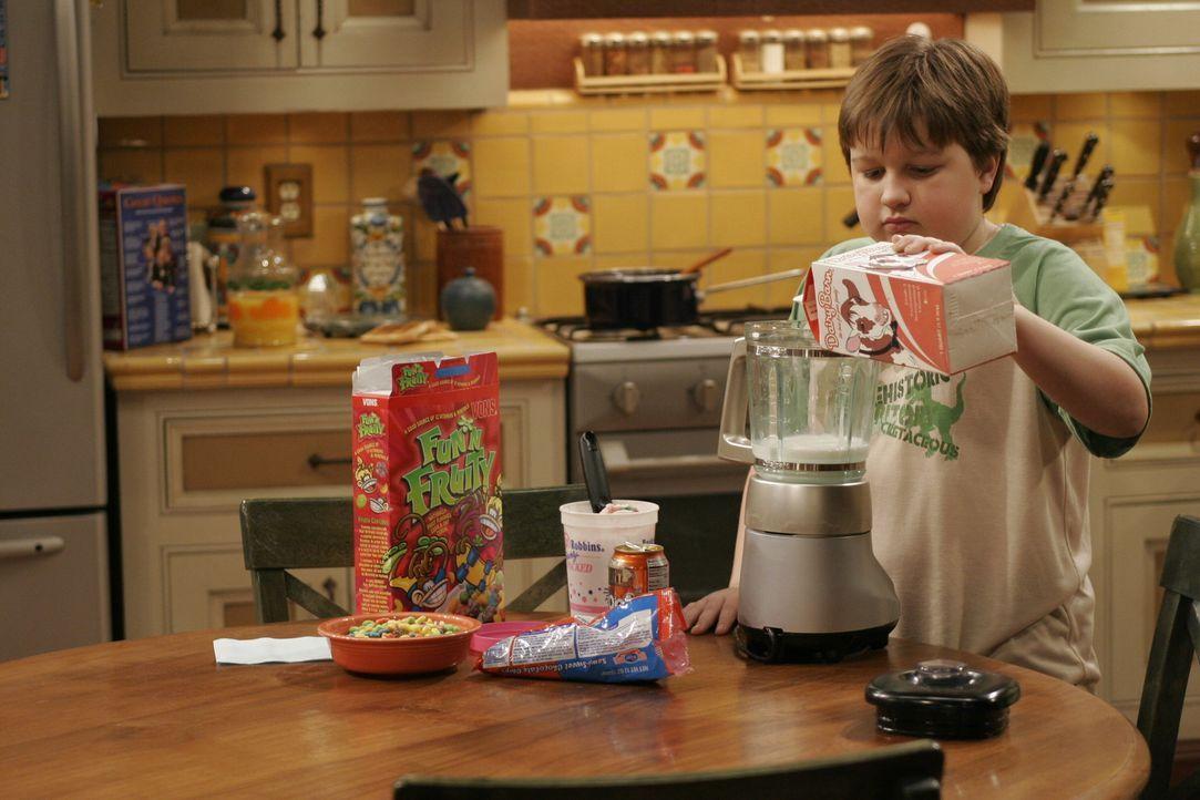 Jake (Angus T. Jones) backt sich einen Geburtstagskuchen ... - Bildquelle: Warner Brothers Entertainment Inc.