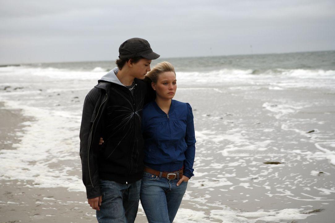 Nach und nach kommen sich die beiden Teenager, die hübsche Vic (Sonja Gerhardt, r.) und der schüchterne Tim (Jimi Blue Ochsenknecht, l.), näher. Das... - Bildquelle: Walt Disney Studios Motion Pictures