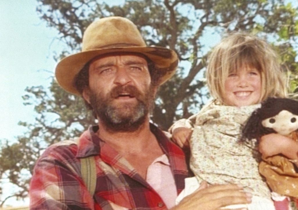 Mr. Edwards (Victor French, l.) freut sich, die kleine Carrie (Lindsay Sidney Greenbush, r.) wieder zu sehen. - Bildquelle: Worldvision