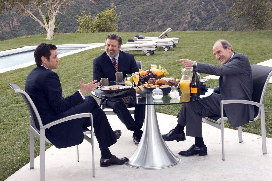 Noch glaubt Dick (Jim Carrey, l.), das große Los gezogen zu haben, als der Konzern-Chef Jack (Alec Baldwin, M.) und dessen rechte Hand Frank Buscomb... - Bildquelle: Sony Pictures Television International. All Rights Reserved.