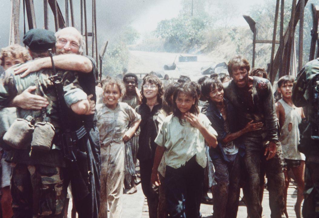 Der Krieg ist zuende und die Feinde sind besiegt. Endlich kann Braddock (Chuck Norris, 3.v.r.) zusammen mit seinem Sohn Van Tan Chang (Roland Harrah... - Bildquelle: Cannon Films