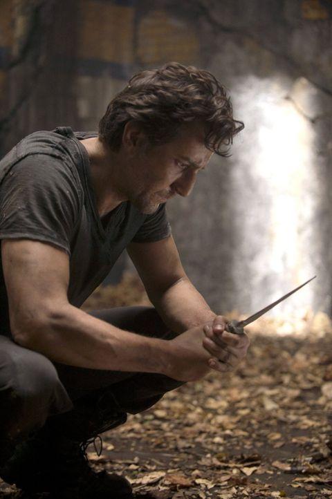 Während Kane (Henry Ian Cusick) vor eine unmögliche Aufgabe gestellt wird, trifft Maya eine Entscheidung, um ihre neuen Freunde zu schützen ... - Bildquelle: 2014 Warner Brothers