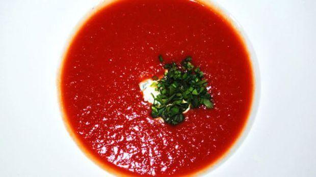 Die fruchtige Tomatensuppe wird mit Thymian-Aroma verfeinert