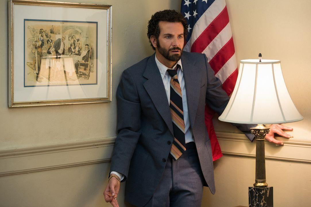Viel zu spät erkennt der FBI-Agent Richie DiMaso (Bradley Cooper), dass das Offensichtliche nicht unbedingt auch das Wahre sein muss ... - Bildquelle: TOBIS TFILM