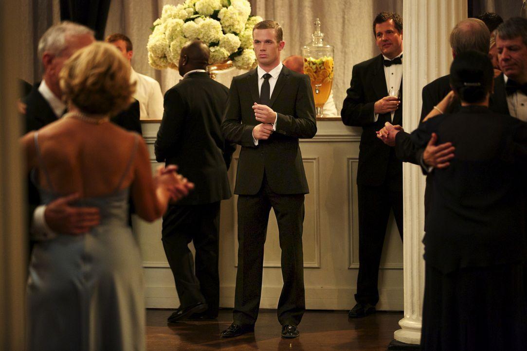 Roy (Cam Gigandet, M.) fällt es schwer, den Kuss mit Jamie einfach zu vergessen ... - Bildquelle: 2013 CBS BROADCASTING INC. ALL RIGHTS RESERVED.