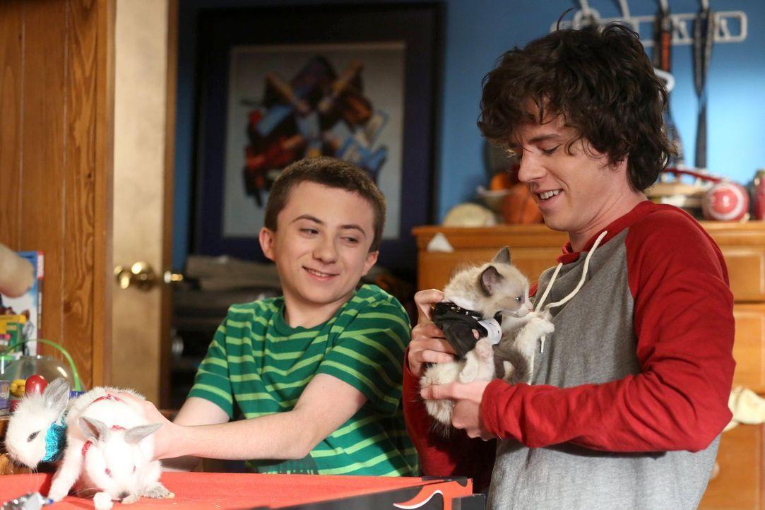 Bricks (Atticus Shaffer, l.) Kaninchen haben sich ungewollt vermehrt. Jetzt muss er sie mit Bruder Axl (Charlie McDermott, r.) irgendwie vor seinen... - Bildquelle: Warner Brothers