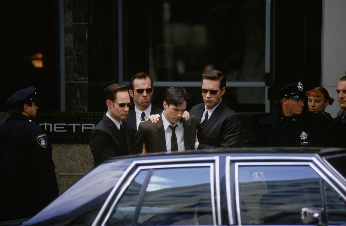Die Agenten (Paul Goddard, l., Robert Taylor, r., und Hugo Weaving, 2. v. l.) haben in Neo (Keanu Reeves, M.) einen potenziellen Unruhestifter ausge... - Bildquelle: Warner Bros. Pictures