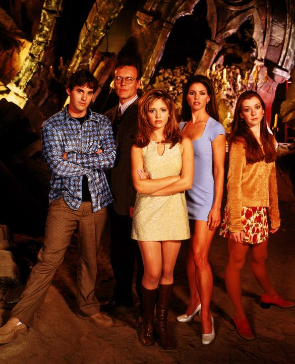 (1. Staffel) - Sie kämpfen gemeinsam gegen das Böse aus der Unterwelt (v.l.n.r.): Xander (Nicholas Brendon), Mr. Giles (Anthony Stewart Head), Buffy... - Bildquelle: (1997) Twentieth Century Fox Film Corporation.