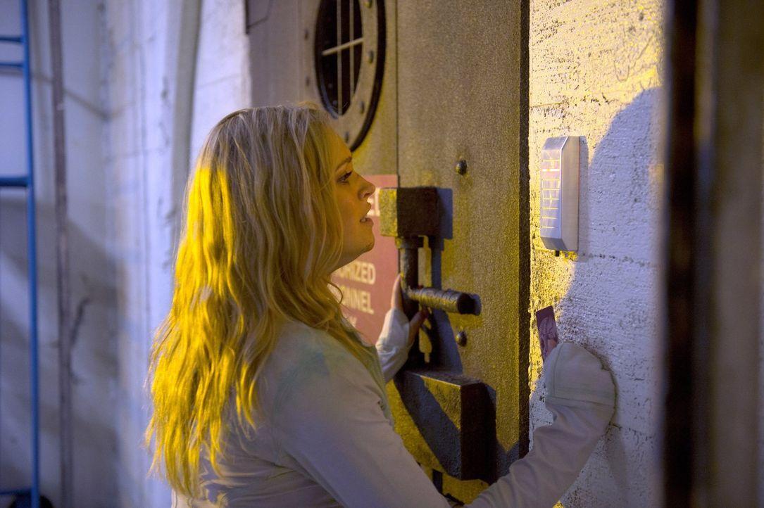 """Wird sich Clarke (Eliza Taylor) tatsächlich damit zufrieden geben, dass ein paar ihrer Leute überlebt haben und nun in der """"Mount Weather""""-Station l... - Bildquelle: 2014 Warner Brothers"""