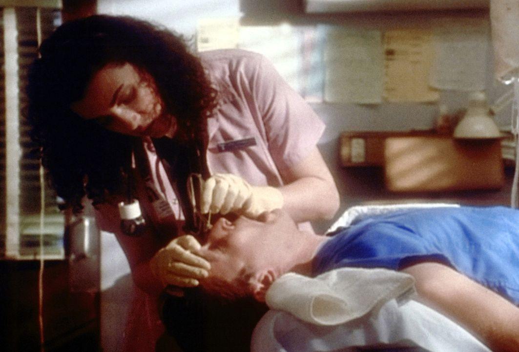 Am liebsten würde Hathaway (Julianna Margulies, l.) ihren Geburtstag vergessen - doch da hat sie die Rechnung ohne Dr. Ross gemacht ... - Bildquelle: TM+  2000 WARNER BROS.
