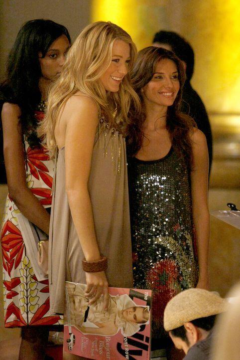 Ahnen noch nicht, dass sie die Modenschau retten werden: Serena (Blake Lively, l.) und Poppy (Tamara Feldman, r.) ... - Bildquelle: Warner Brothers