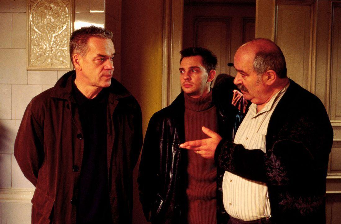 Kommissar Wolff (Jürgen Heinrich, l.) und Tom Borkmann (Steven Merting, M.) versuchen Herrn Hizliok (Meray Ülgen, r.) zu überzeugen, dass sie mit se... - Bildquelle: Alfred Raschke Sat.1