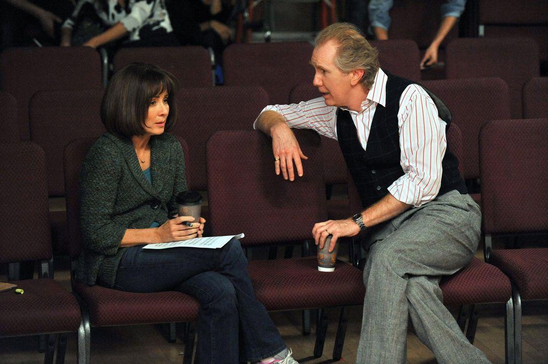 Nachdem Frankie (Patricia Heaton, l.) ihre Tochter Sue dazu überredet hat, bei einem Musical mitzuwirken, ist sie entsetzt, als der Regisseur Gene (... - Bildquelle: Warner Brothers