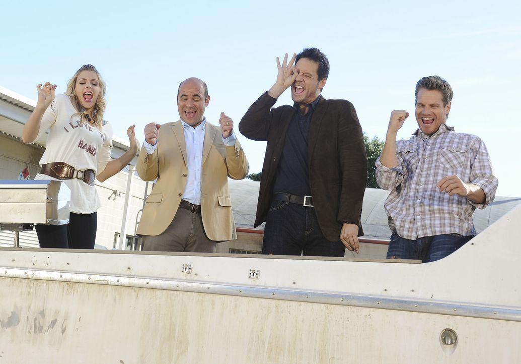 """Während sich Bobby (Brian Van Holt, r.) und Laurie (Busy Philipps, l.) zusammen tun um ihr Spiel """"Penny Can"""" einer größeren Menschengruppe vorzus... - Bildquelle: 2010 ABC INC."""