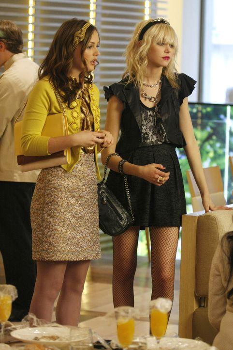 Auch Nachfolgerin Jenny (Taylor Momsen, r.) trägt jetzt ein Haarband - das Markenzeichen der Gruppe um Blair (Leighton Meester, l.) ... - Bildquelle: Warner Brothers