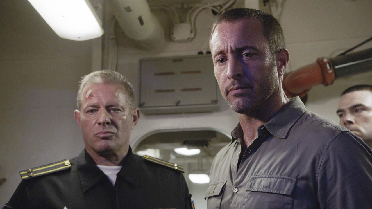 Steve McGarrett (Alex O'Loughlin, r.) hat es in das U-Boot geschafft. Kann er Vasili Shirokov (Costas Mandylor, l.) mit seiner Information helfen un... - Bildquelle: 2018 CBS Broadcasting, Inc. All Rights Reserved