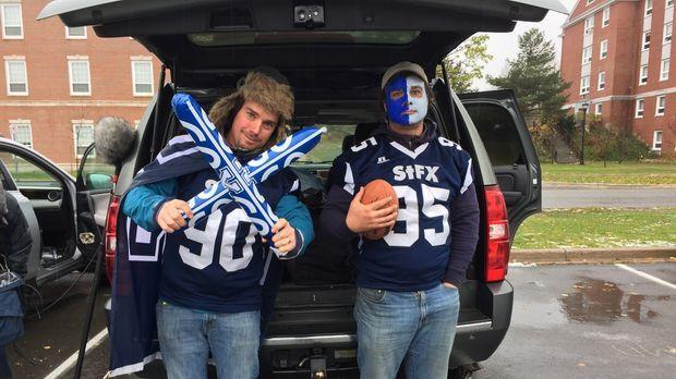 Kevin (l.) und Andrew (r.) sind voll im Football-Fieber und die beiden fahren...
