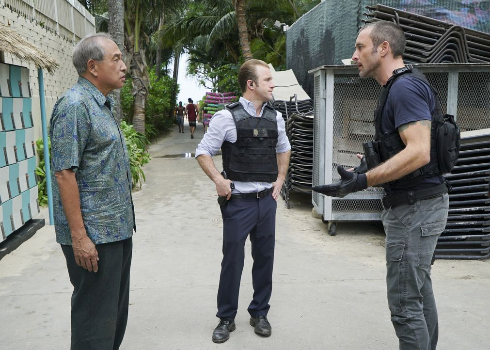 Können Steve McGarrett (Alex O'Loughlin, r.) und Danny Williams (Scott Caan, M.) Duke Lukelas' (Dennis Chun, l.) Enkelin retten? - Bildquelle: Karen Neal 2018 CBS Broadcasting, Inc. All Rights Reserved./ Karen Neal