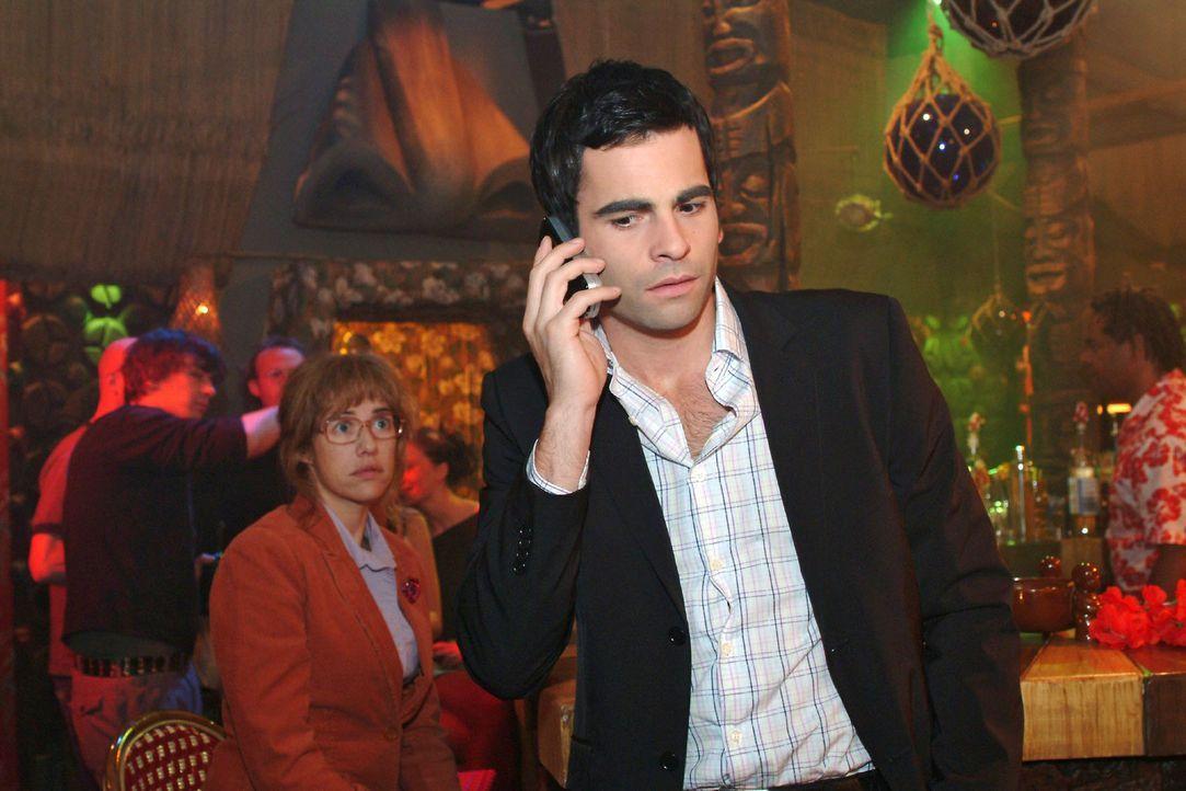 Lisa (Alexandra Neldel, l.) ist gefrustet, als David (Mathis Künzler, r.) von Mariella angerufen wird und er sofort zu ihr eilen will. (Dieses Foto... - Bildquelle: Monika Schürle Sat.1