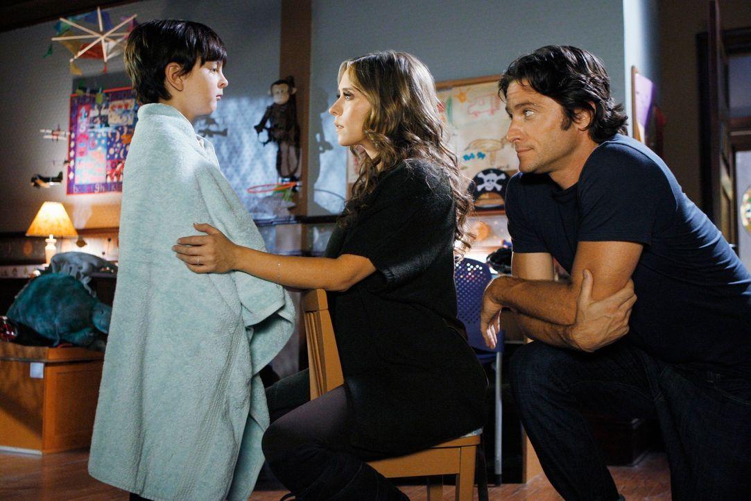 Melinda (Jennifer Love Hewitt, M.) und Jim (David Conrad, r.) machen sich große Sorgen um ihren Sohn Aiden (Connor Gibbs, l.). - Bildquelle: ABC Studios