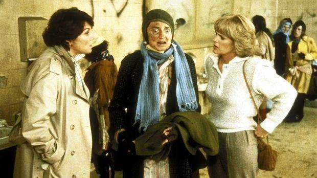 Lacey (Tyne Daly, l.) und Cagney (Sharon Gless, r.) befragen die Stadtstreune...