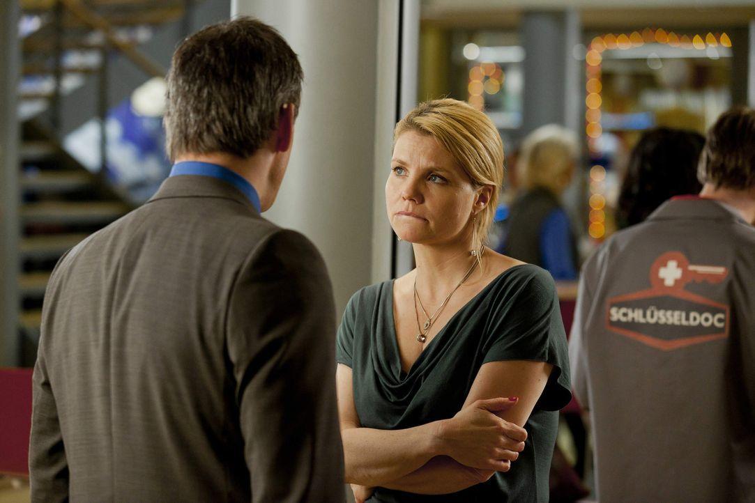 Während Danni (Annette Frier, r.) Oliver (Jan Sosniok, l.) dabei hilft, einen wichtigen Mandanten für die Kanzlei zu gewinnen, wird ihr klar, dass... - Bildquelle: Frank Dicks SAT.1