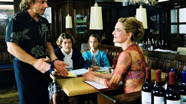 Paula (Martina Gedeck, r.) ist mit ihren beiden Töchtern Fidel (Anja Sommavil...