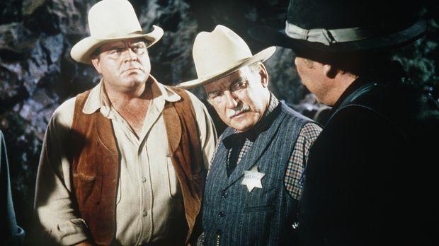 Hoss Cartwright (Dan Blocker, l.) und Sheriff Coffee (Ray Teal, M.) verdächti...