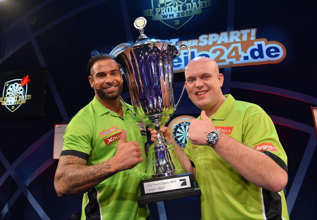 Promi Darts Weltmeister Tim Wiese und Michael van Gerwen - Bildquelle: Willi Weber / ProSieben