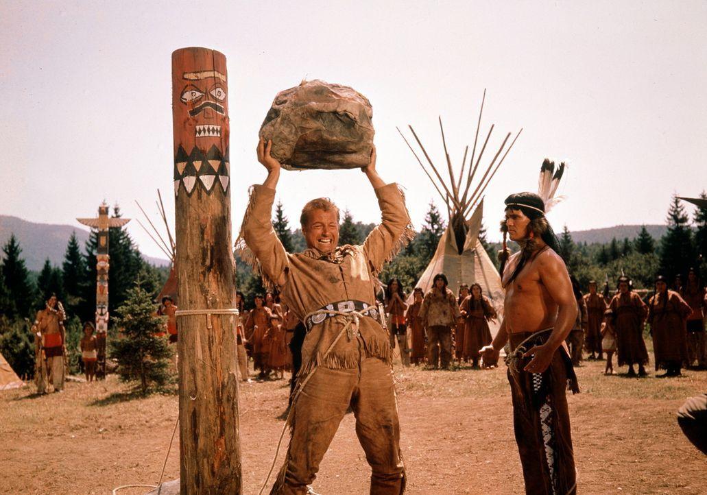 Der starke Old Shatterhand (Lex Barker, l.) zeigt den Indianern, wer die Hosen anhat ... - Bildquelle: Columbia Pictures
