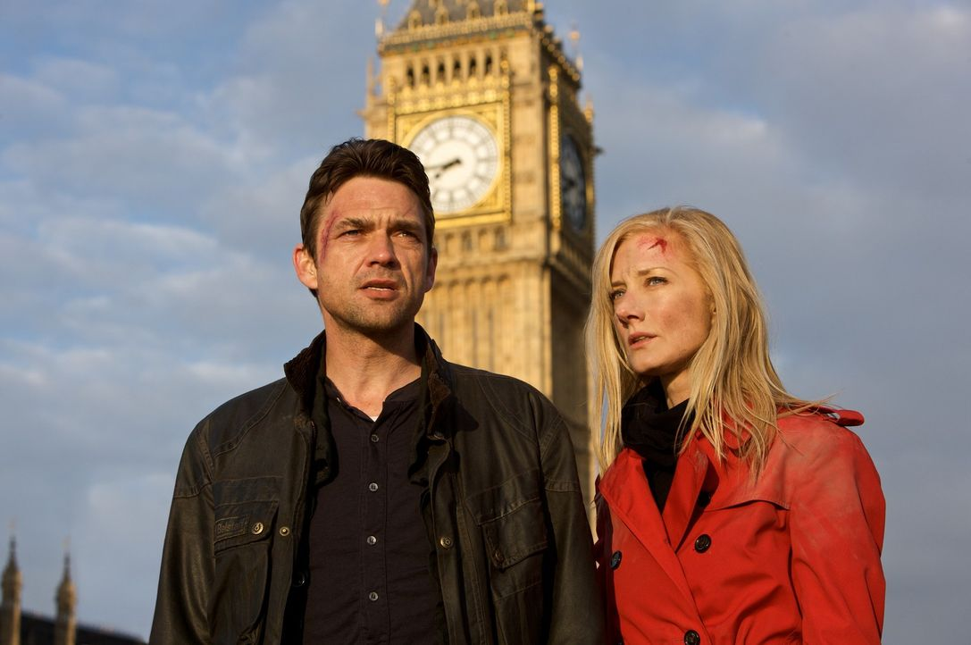 Nachdem beinahe schlagartig alle Bewohner Londons erblindet sind, stellen Jo (Joely Richardson, r.) und Bill (Dougray Scott, l.) fest, dass die Trif... - Bildquelle: Triffids Production Limited and Triffids (Canada) Productions Inc. 2009