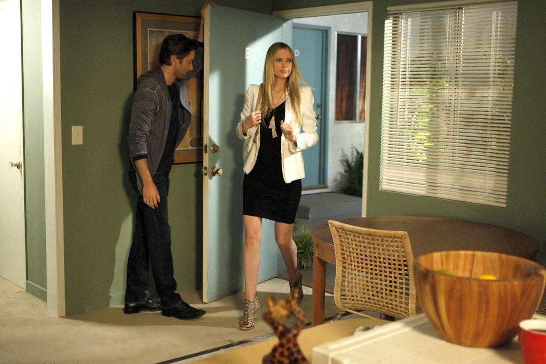 Während Debbie und Ryan (Ryan Eggold, l.) Zukunftspläne schmieden, erscheint Jen (Sara Foster, r.) plötzlich wieder auf der Bildfläche. - Bildquelle: 2011 The CW Network. All Rights Reserved.