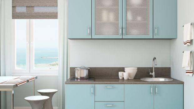 Kleine Küchenzeile in hellblau mit grauer Arbeitsfläche