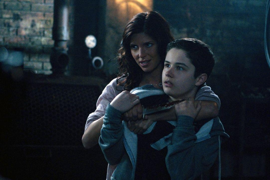 Was machen die Dämonen mit Lisa (Cindy Sampson, l.), dass sie ausgerechnet ihren eigenen Sohn Ben (Nicholas Elia, r.) bedroht? - Bildquelle: Warner Bros. Television