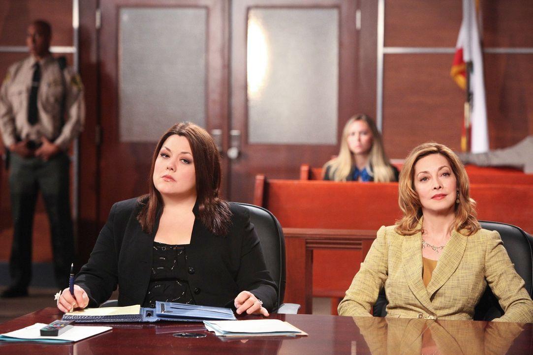 Ausgerechnet Debs Mutter Bobbi Dobkins (Sharon Lawrence, r.) will von Jane (Brooke Elliott, l.) vor Gericht verteidigt werden ... - Bildquelle: 2012 Sony Pictures Television Inc. All Rights Reserved.