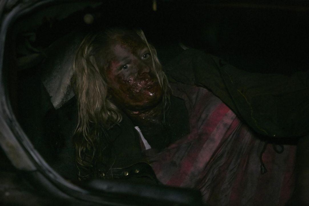 Mit schier unmenschlicher Willenskraft gelingt es April, aus dem brennenden Auto zu entkommen ... - Bildquelle: Ian Watson Cineflix 2014