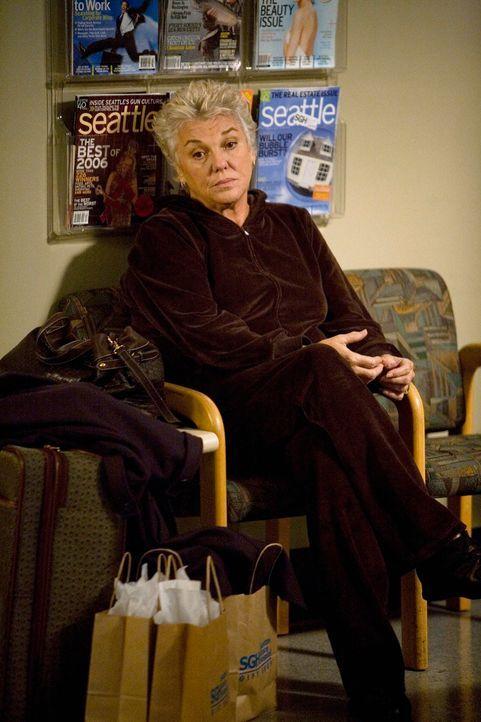 Ihr Erscheinen sorgt bei einigen für große Aufregung: Dereks Mutter Carolyn Shepherd (Tyne Daly) ... - Bildquelle: Touchstone Television