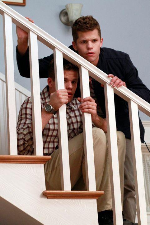 Während Susan herausfindet, wer der Vater von Julies Kind ist, stehen Porter (Max Carver) und Preston (Charles Carver) bei Lynette vor der Tür und w... - Bildquelle: Touchstone Pictures