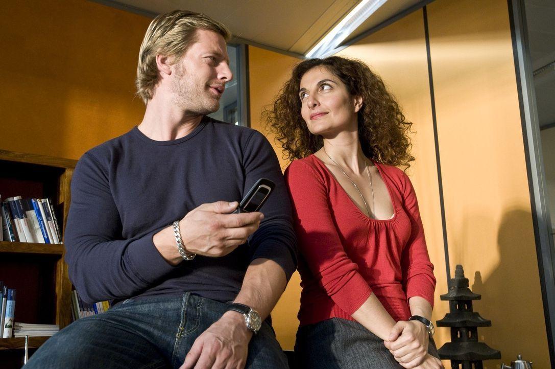 """Micks (Henning Baum, l.) """"Psychotante"""", Tanja Haffner (Proschat Madani, r.), ist nur dann bereit, ihn in die Funktionen eines Handys einzuarbeiten,... - Bildquelle: ProSieben"""
